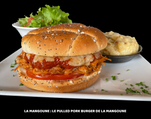 LE PULLED PORK (EFFILOCHÉ DE PORC) BURGER DE LA MANGOUNE